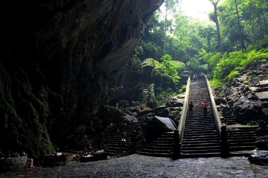 Huong Tich Cave in Perfume pagoda
