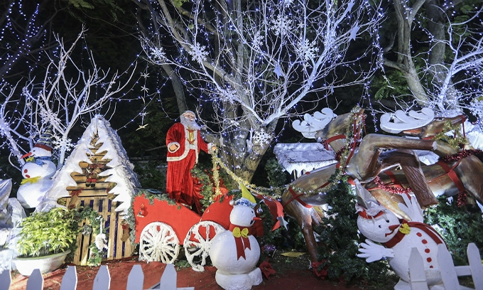 Picture of Skinny Santa and flickering lights bathe central Vietnamese city in Christmas spirit